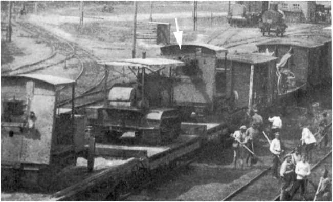 Трофейные трактора «Булок-Ломбард» (первый и третий) с бронещитами и орудийными установками. Кавказский фронт, 1920 год. На передней машине орудие отсутствует, а на дальней пушка (скорее всего 127-мм английская) установлена, ее ствол показан стрелкой (ЦМВС).