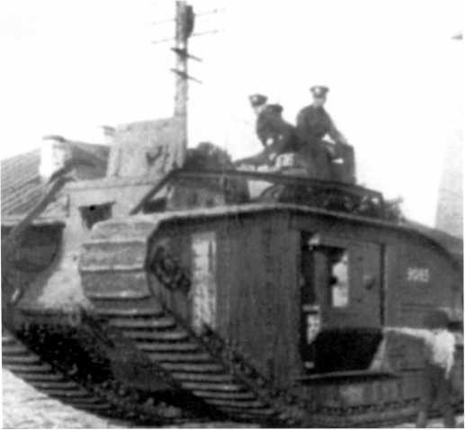 Танк MK-V №9085 в Архангельске. Сентябрь 1919 года. Обратите внимание, что левый орудийный спонсон убран внутрь корпуса (ИГ).
