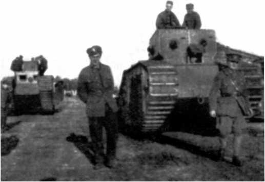 Английские танки в Архангельске — справа на переднем плане МК-В, слева вдали — MK-V №9085. Сентябрь 1919 года (ИГ).