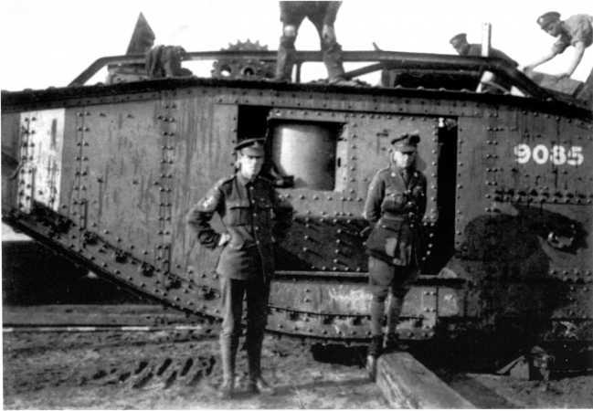 Английские офицеры у танка MK-V №9085 после его выгрузки в Архангельске. Сентябрь 1919 года. Спонсон убран внутрь для удобства транспортировки, на крыше корпуса видно запасное ведущее колесо (ИГ).