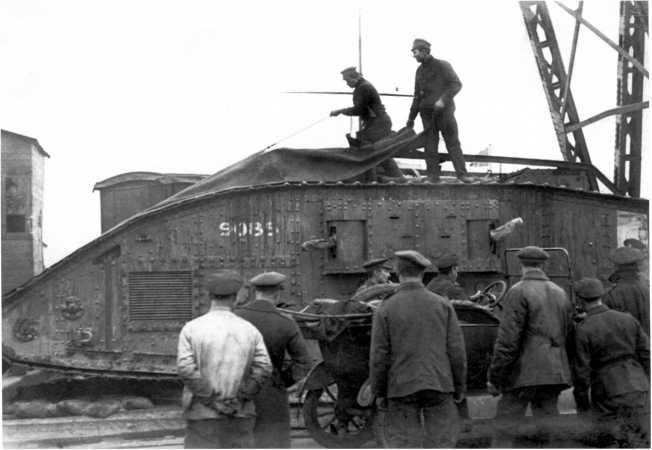 Танк MK-V №9085 готовят к погрузке для отправки на фронт. Сентябрь 1919 года. Правый спонсон у этой машины был пулеметным (РГАКФД).