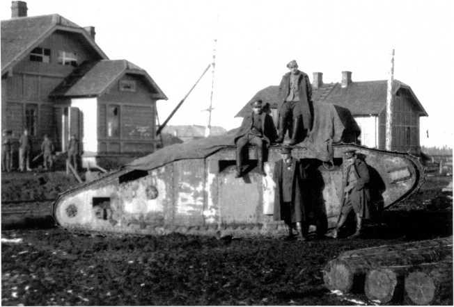 Танк МК-В после боев. Станция Плесецкая, октябрь 1919 года. Обратите внимание на грязь, залепившую борта машины (РГАКФД).