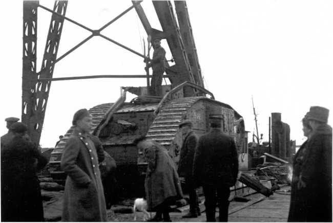 Танк MK-V №9085 готовят к погрузке для отправки на фронт. Сентябрь 1919 года. Обратите внимание на семафор для передачи команд, установленный на крыше машины (РГАКФД).