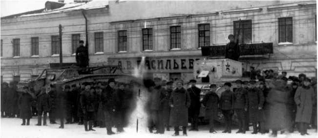 Танки MK-V и МК-В, захваченные частями Красной Армии в Архангельске. Март 1920 года. Обратите внимание, что машины перекрашены в белый цвет, на бортах нанесены большие красные звезды (ИГ).