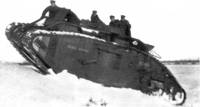 Танк «Первая помощь» №9261 из состава танкового батальона Северо-Западной армии. Зима 1919 года. Обратите внимание на полосы цветов российского флага (бело-сине-красные) на передней части борта (ГАРФ).