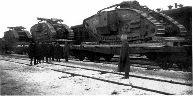 Танки MK-V Северо-Западной армии по пути с фронта в Нарву. Ноябрь 1919 года. Ближайшая машина с номером 9147 называется «Белый солдат» (РГАКФД).