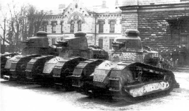 Три танка «Рено» FT (два пушечных и пулеметный), отправленные финнами на помощь Северо-Западной армии. Ревель, октябрь 1919 года. После боев машины вернули Финляндии (фото из архива Я. Магнуского).