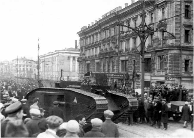 Танк MK-V движется к Красной площади. 7 ноября 1929 года (АСКМ).