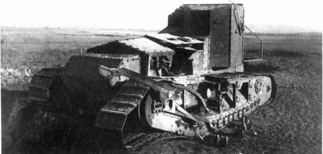 Еще один танк МК-А «Уиппет», участвовавший в опытно-тактическом учении ВВС РККА. В гусеницу танка попала 32-кг фугасная авиабомба, сброшенная самолетом с высоты 300 метров (АСКМ).