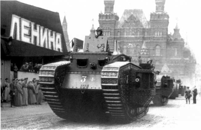Колонна танков MK-V на Красной площади. 1 мая 1930 года. На лобовом листе тактическое обозначение в виде круга с цифрами, введенное в 1929 году (РГАКФД).