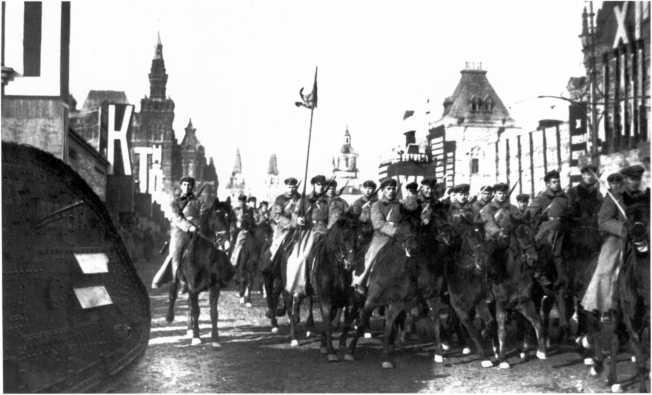 Войска уходят с Красной площади после прохождения на параде. 7 ноября 1929 года. Слева виден танк MK-V с надписью на борту «Наш ответ Чемберлену» (АСКМ).