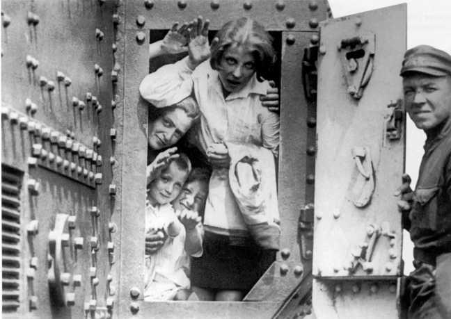 Семьи комсостава знакомятся с боевой техникой — танком MK-V. На фото задняя часть пушечного спонсона машины. 1930 год (АСКМ).