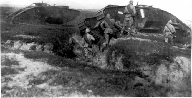 Танки MK-V на маневрах Московского военного округа, 1922 год. На фото машины с бортовыми номерами 9085 и 9118 или 9418 (РГАКФД).