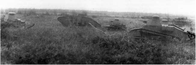 В одном строю старое и новое — на учениях Московского военного округа танки MK-V «Рено» и МС-1. 1931 год (РГАКФД).