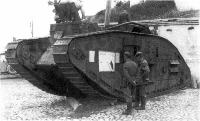 Два танка MK-V, установленные у Успенского собора в Смоленске. 1941 год. Позднее обе машины немцы вывезли в Берлин. На фото снизу левая машина снята более крупно (фото из коллекции Я. Магнуского).