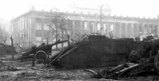 Танки MK-V, привезенные из Смоленска и установленные на выставке трофеев перед зданием музея Цейхгауз в Берлине. Фото сделано в мае 1945 года после окончания боев в городе. На ближайшем танке виден номер 9146, на заднем плане слева — вторая машина (АСКМ).