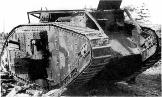 Танк MK-V из состава бывшей эстонской армии, захваченный немецкими войсками под Таллиным. Август 1941 года. Машина скорее всего использовалась как неподвижная огневая точка. Хорошо видно, что танк вооружен пулеметами Максима (РГАКФД).