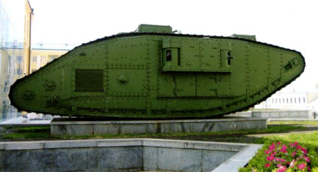 Танк MK-V, установленный в качестве памятника в Харькове. Вторая машина, стоявшая в городе до войны, не сохранилась (фото И. Приходченко).