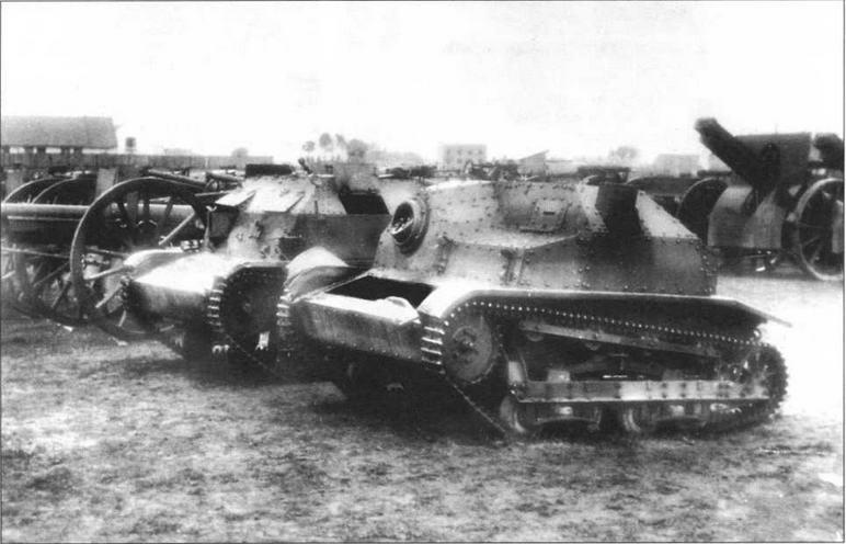 Парк трофейного имущества. На переднем плане — танкетка TKS, на втором — <a href='https://arsenal-info.ru/b/book/1335279114/8' target='_self'>танкетка</a> ТК-3. Польша, 1939 год
