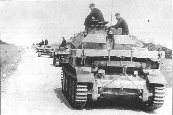Трофейный крейсерский танк Mk IVA замыкает колонку 100-го огнеметного танкового батальона. Восточный фронт, лето 1941 года