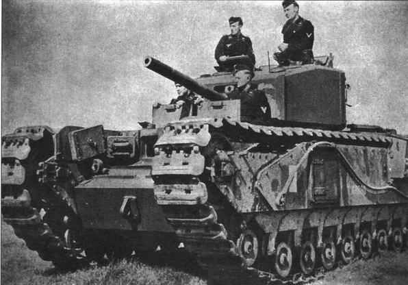 Танк «Черчилль III» с немецким экипажем. 23 танка «Черчилль» были захвачены немцами при отражении английского рейда на Дьепп 19 августа 1942 года. Большинство из них не подлежали восстановлению, однако несколько машин удалось отремонтировать и ввести в строй 81-й роты трофейных танков. В конце 1942 года рота влилась в состав 100-го танкового полка, где два «Черчилль III» прослужили до конца 1943 года