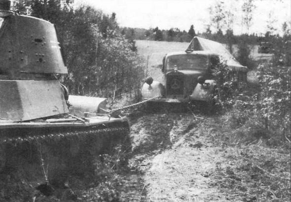 Первые советские танки Т-26, захваченные в качестве трофеев, начали использоваться Вермахтом уже летом 1941 года. На фото вверху — танк Т-26 обр.1939 г. вытаскивает завязший в грязи 3-тонный грузовик «Мерседес-Бенц».