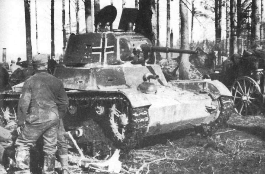 такой же танк охраняет тыловой парк одной из пехотных частей Вермахта