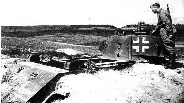Красноармеец осматривает вкопанный в землю танк БТ-7 обр.1937 г., использовав шийся немцами в качестве неподвижной огневой точки. 1943 год