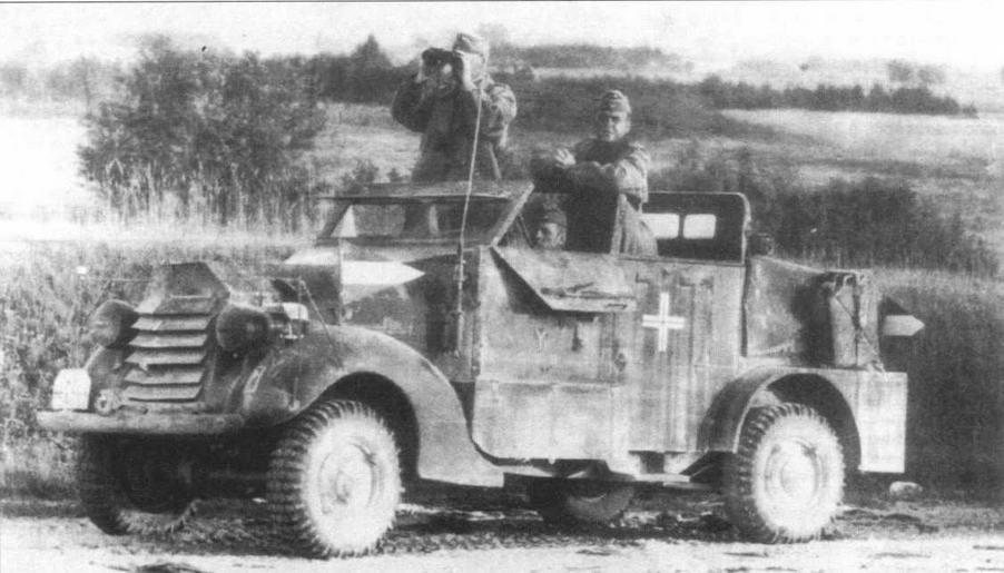 Трофейный бельгийский легкобронированный артиллерийский тягач Ford/Marmon-Herrington использовался в качестве штабной машины в 8-й <a href='https://arsenal-info.ru/b/book/1627328415/38' target='_self'>танковой дивизии</a> Вермахта. На машине установлена радиостанция, а на левом крыле — немецкая светомаскировочная фара Notek. Треугольный флажок на левом крыле говорит о принадлежности автомобиля к дивизионному штабу