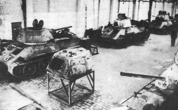 Трофейные танки Т-34 ремонтируются в цеху Харьковского паровозостроительного завода. Весна 1943 года. Работы осуществлялись силами специального предприятия, созданного в структуре 1-го танкового корпуса СС