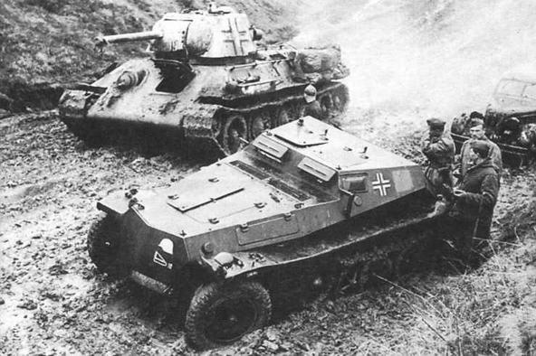 Один из танков Т-34 моторизованной дивизии «Великая Германия». На переднем плане — бронетранспортер Sd.Kfz.252. Восточный фронт, 1943 год