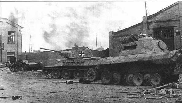 Бронетанковая техника во дворе ремонтного завода в Восточной Пруссии: танки «Пантера», Т-34 и двухбашенный Т-26(!). 1945 год