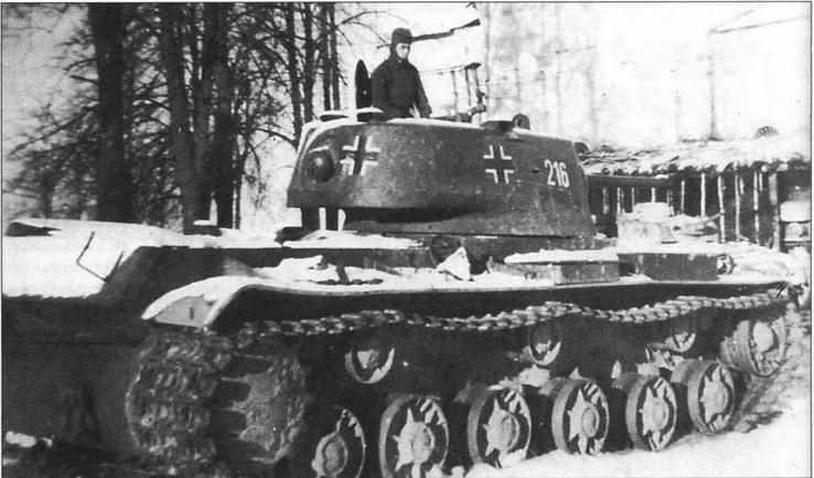 Тяжелый танк КВ-1, использовавшийся в составе 1-й танковой дивизии Вермахта. Восточный фронт, 1942 год