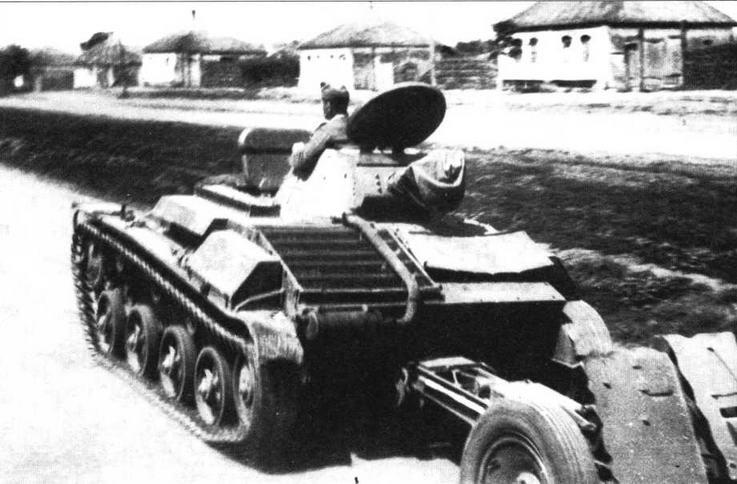 Трофейный танк Т-60 буксирует 75-мм легкое пехотное орудие. Обращает на себя внимание тот факт, что на этой машине, используемой в качестве тягача, сохранена башня.