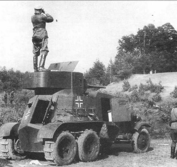 Немецкий офицер использует в качестве наблюдательного пункта башню трофейного бронеавтомобиля БА-3. 1942 год. На колеса задних мостов надеты гусеницы «Оверолл»