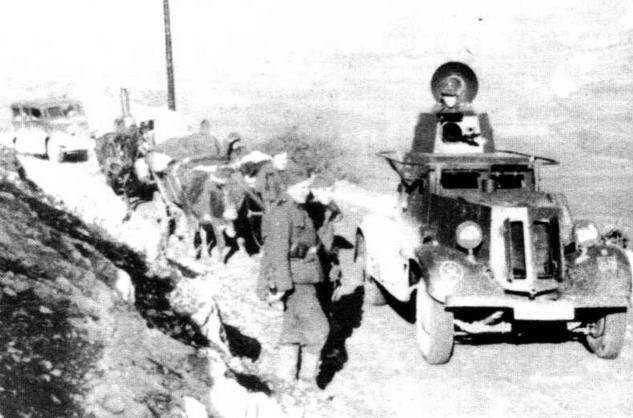 Трофейный советский бронеавтомобиль БА-20 одного из подразделений дивизии СС «Принц Евгений» патрулирует дорогу в Сербии. 1943 год. Штатный пулемет ДТ демонтирован вместе с шаровой установкой и заменен немецким пулеметом MG34