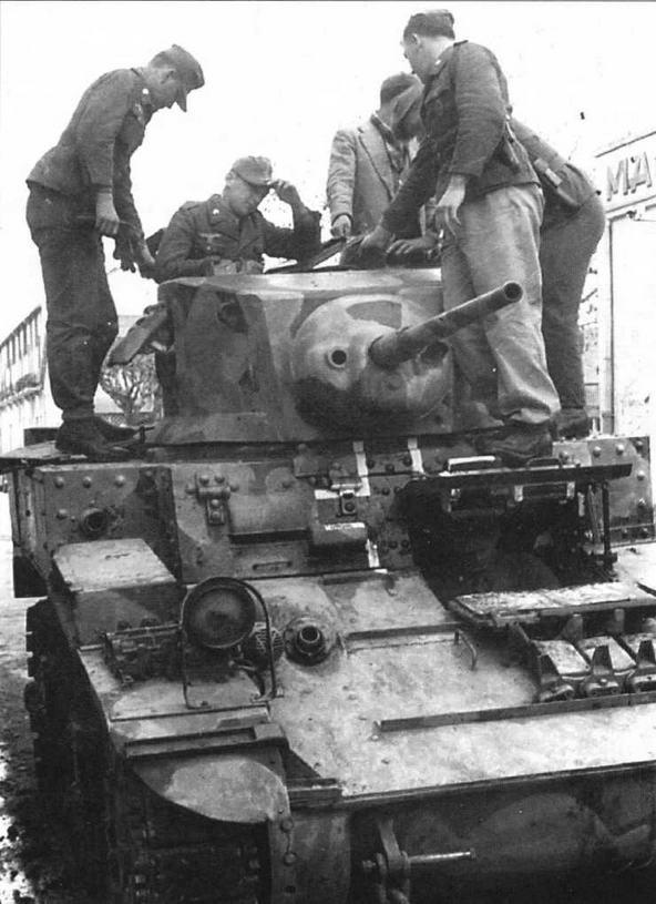 Немецкие танкисты осваивают трофейный американский танк МЗА1. Тунис, 1942 год. Машина — в многоцветной американской камуфляжной окраске