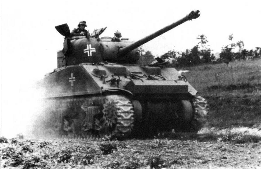 Трофейный танк «Шерман файэфлай» в одной из частей Вермахта в Нормандии, 1944 год. На башне этого танка нанесены пять крестов, на корпусе — еще два!
