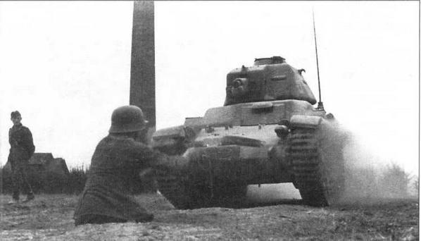Обкатка танками. Трофейный Renault R35 с двухстворчатым люком вместо куполообразной башенки французского образца и немецкой радиостанцией во время учебных занятий с новобранцами на территории Франции
