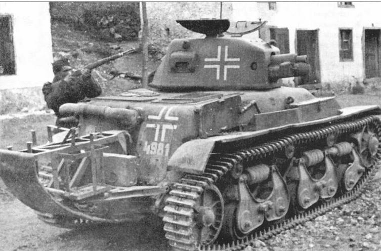 Легкий танк 35R 731(f) из состава 12-й танковой роты особого назначения. Эта рота, насчитывавшая 25 танков, вела противопартизанские действия на Балканах. Для повышения проходимости все машины были оснащены «хвостами»