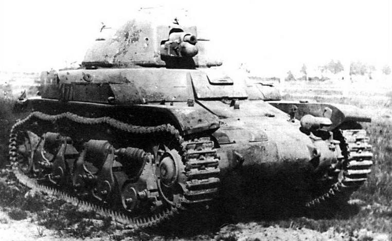 Трофейный немецкий танк 35R 731(f) во время испытаний на НИБТПолигоне в подмосковной Кубинке. 1945 год