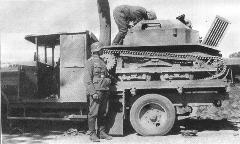 Немецкие солдаты осматривают танкетку TKS, захваченную вместе с перевозившим ее грузовым автомобилем Ursus. Сентябрь 1939 года