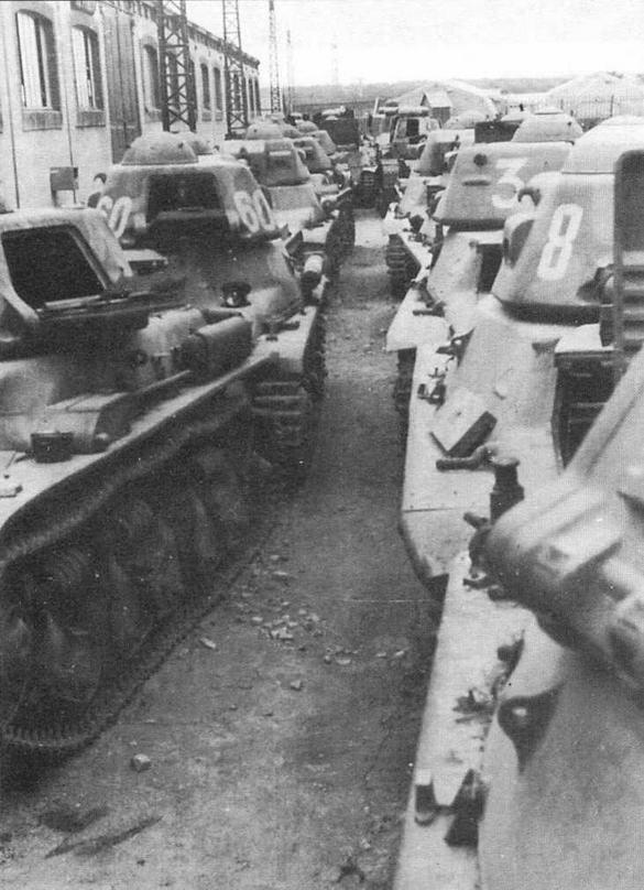 Французские танки R35, Н35 и FT17 в одном из немецких парков трофейной техники. Франция, 1940 год