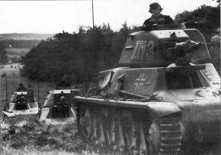 Танки 38H(f) 2-го батальона 202-го танкового полка во время учебных занятий во Франции. 1941 год. На всех машинах куполообразные <a href='https://arsenal-info.ru/b/book/3397331535/7' target='_self'>командирские башенки</a> заменены люками с двухстворчатыми крышками, установлены немецкие радиостанции
