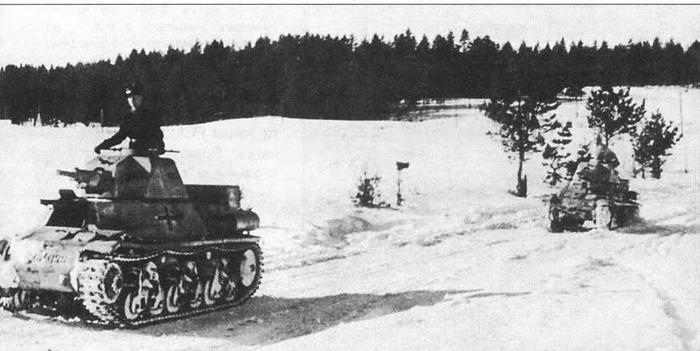 После перевооружения 201—204-го танковых полков немецкой бронетехникой трофейные французские танки несли охранную службу практически на всех театрах военных действий. Эти два танка Hotchkiss Н39 сфотографированы на заснеженной дороге в России. Март 1942 года