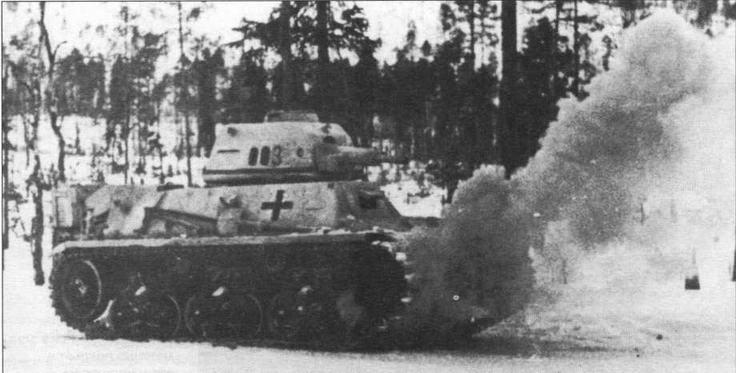 Танк 38H(f) во время учебных занятий наезжает на дымовую гранату. 211-й танковый батальон, в состав которого входила эта машина, в 1941— 1945 годах дислоцировался на территории Финляндии