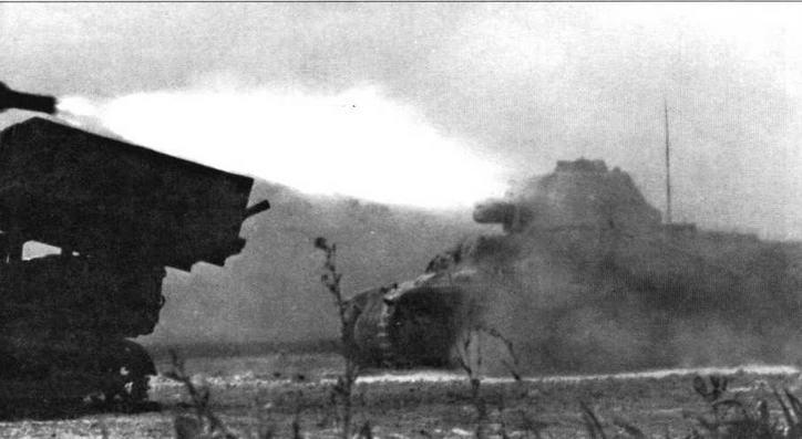 В 205-м танковом батальоне 11 танков 384(f) были оборудованы пусковыми рамами для 280- и 320-мм <a href='https://arsenal-info.ru/b/book/2633435995/28' target='_self'>реактивных снарядов</a>. На фото слева запечатлен момент выстрела