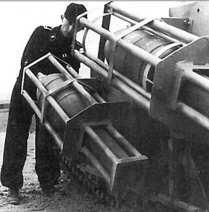 На каждом танке 38H(f) крепились четыре пусковые рамы. На фото видно, как фельдфебель ввинчивает в реактивный снаряд взрыватель
