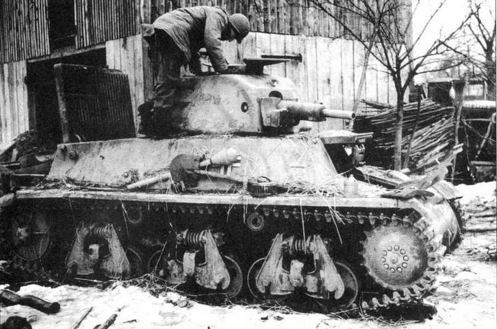 Американский солдат осматривает захваченный танк 38H(f). 1944 год