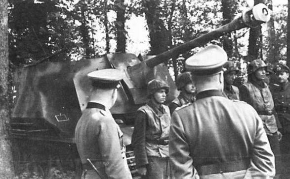 На фото слева — генерал-фельдмаршал Э.Роммель (крайний слева) инспектирует подразделение самоходных противотанковых пушек Marder I. Франция, 1944 год. На фото